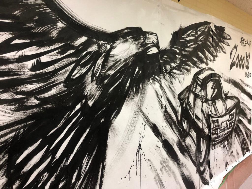羽ばたく鷹と車